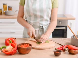 料理する女性の手もと