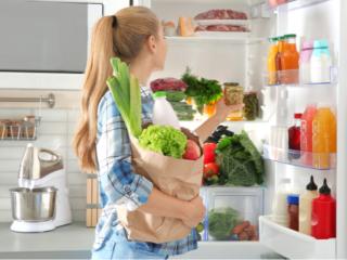 冷蔵庫内を眺めている女性の画像