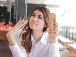 温度計を持っている女性の画像