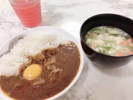 カレー入り生卵とスープとドリンク