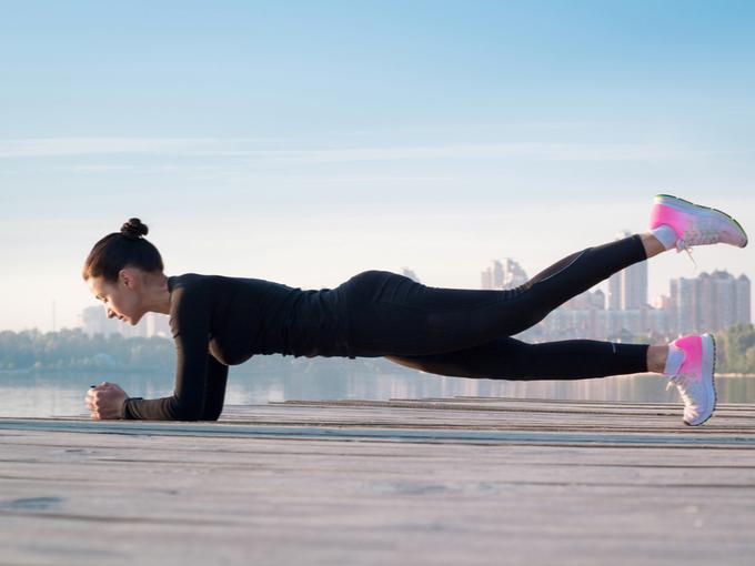 スポーツトレーニング中の女性