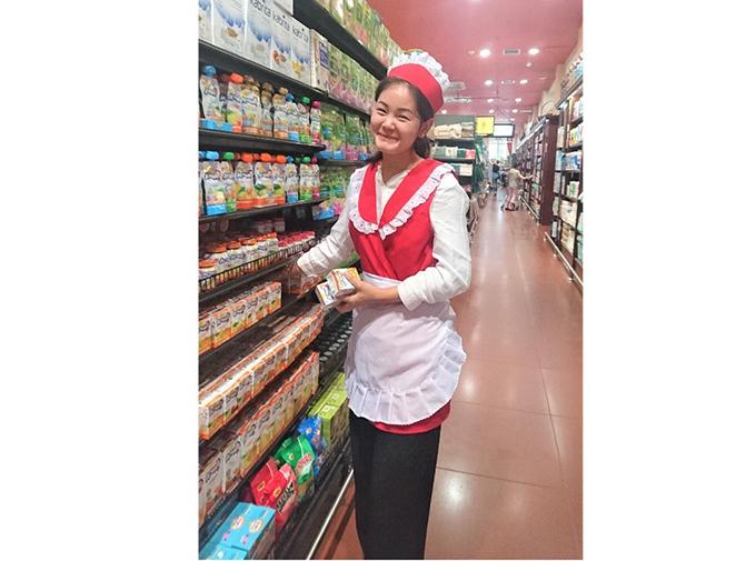 スーパーの女性店員の写真