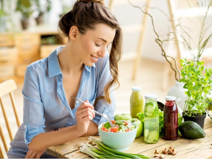 野菜多めのメルシーメニューを食べる女性