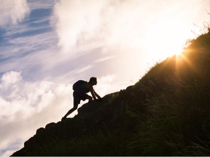 頂上を目指す登山者