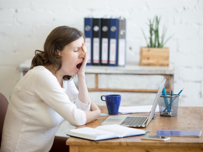 仕事中に眠気をもよおす女性