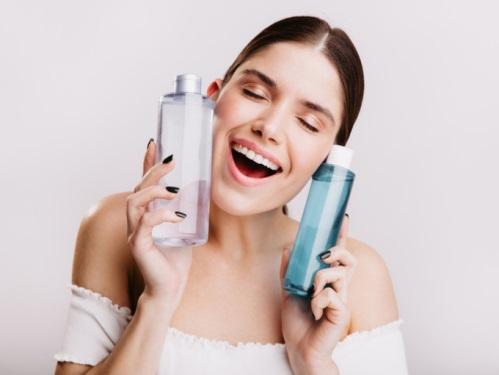 化粧水を頬に寄せる女性