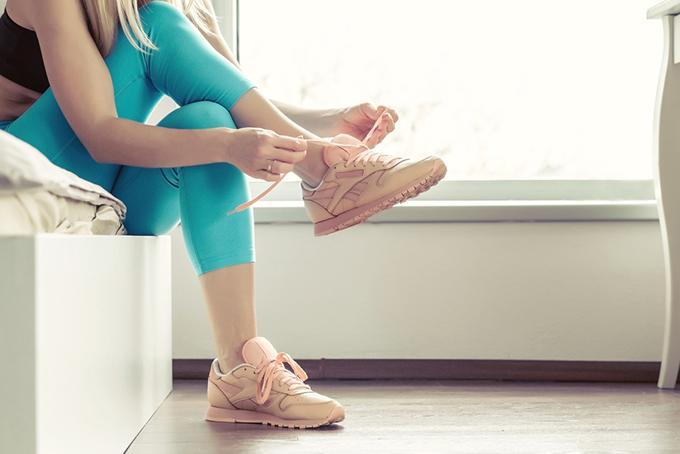シューズを履いている女性の足もと