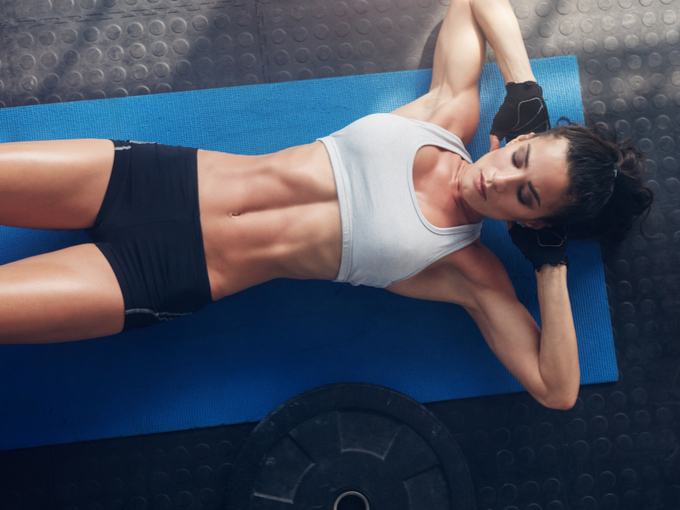 腹筋の励む女性