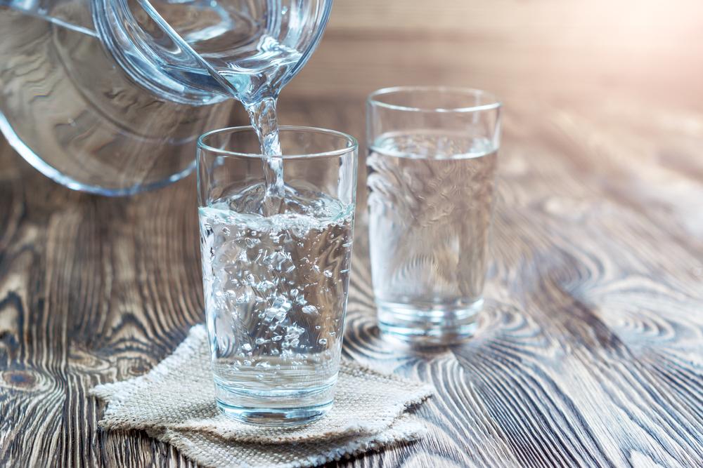 コップに水を注いでいる画像