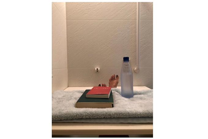 半身浴をしている足と本が置いてある