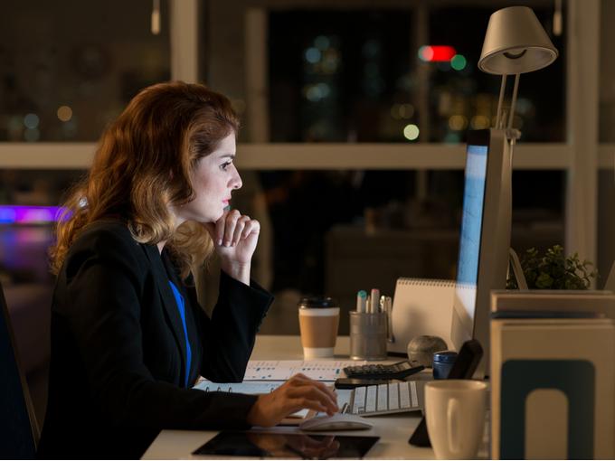 深夜まで仕事する女性