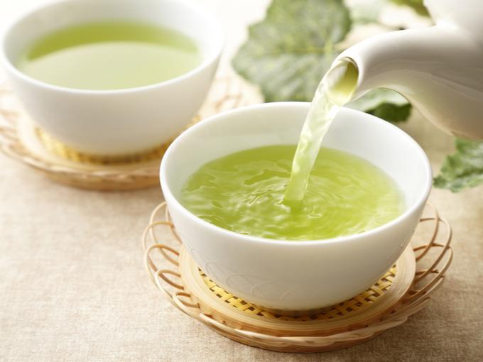 急須から注がれる緑茶