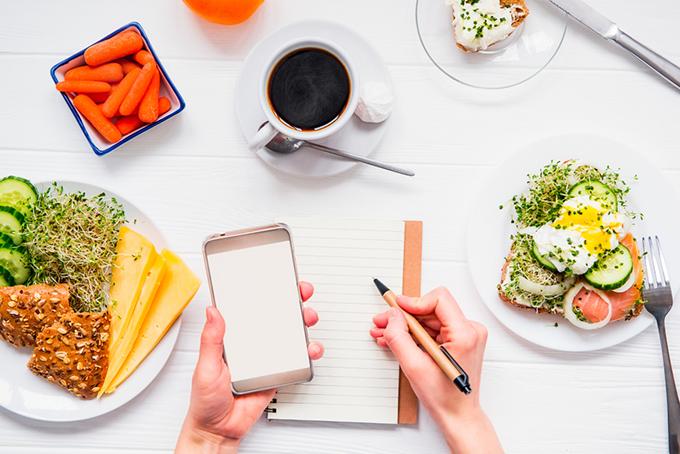 食事をノートとスマホで管理しているイメージ画像