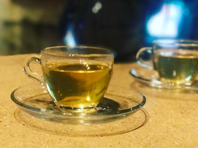 透明なグラスにだし汁が入っている画像