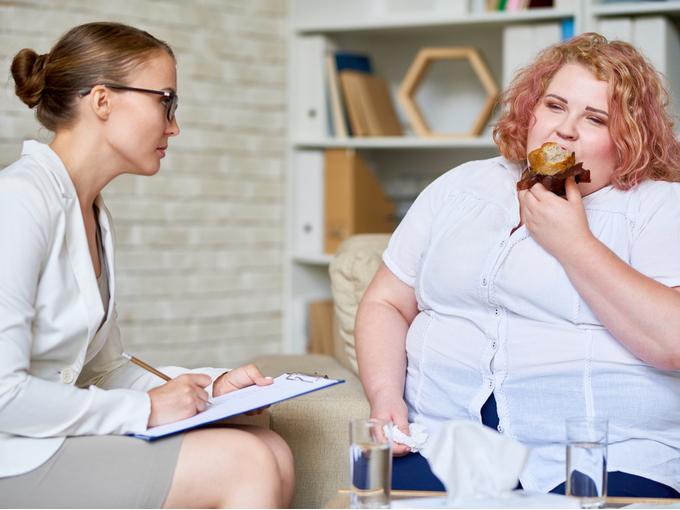 病院を受診する過食症の女性