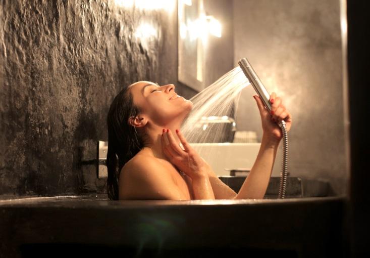 浴槽でシャワーを浴びる