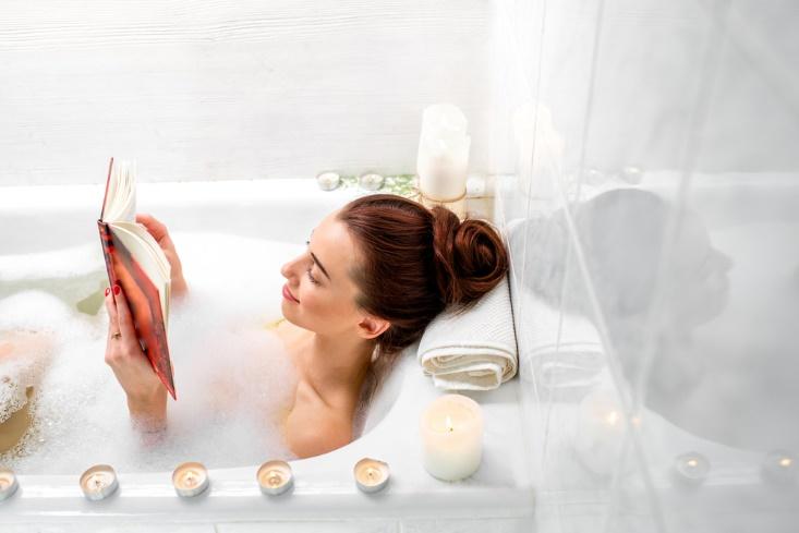 入浴して本を読む女性