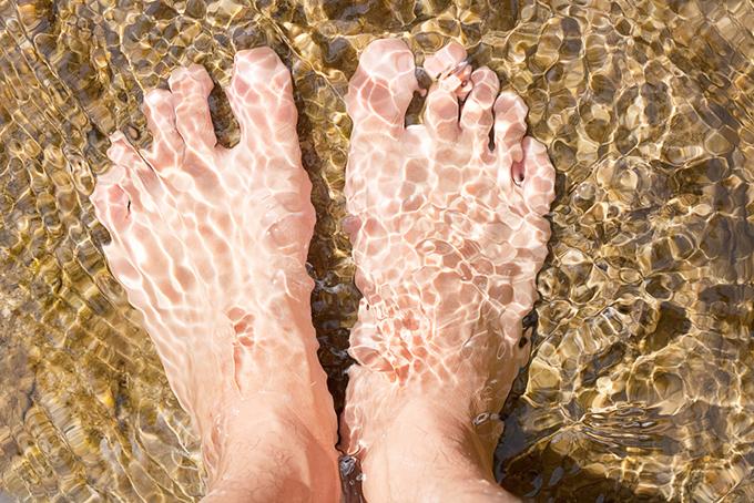 足裏を水につけている画像