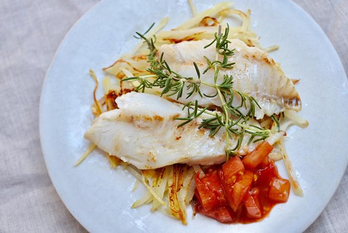 白身魚、じゃがいも、トマトで作ったおかず