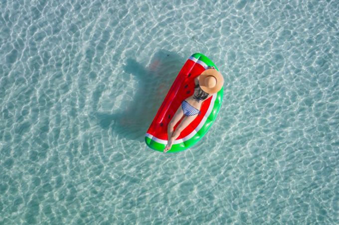 夏の海で浮き輪に乗ってる女性