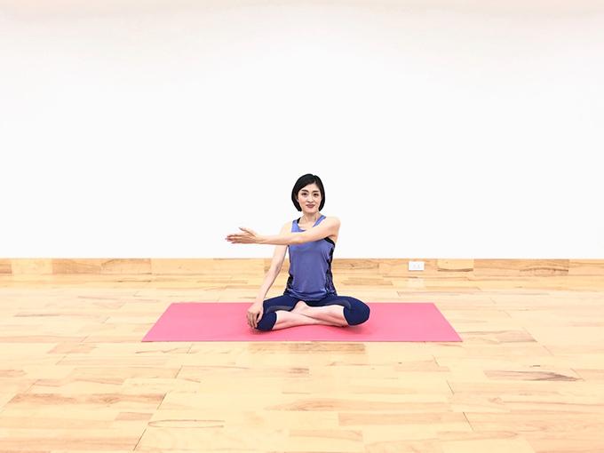 座り姿勢、片手を横に伸ばす