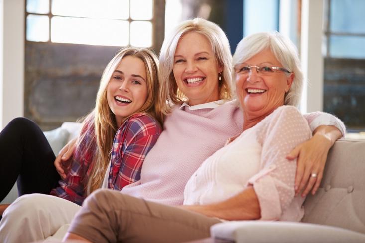3人の女性が笑っている