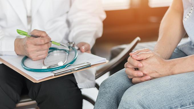 医師の問診を受ける女性