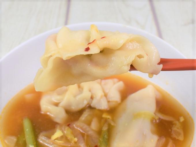 餃子をすくった「旨辛! 餃子と野菜のチゲスープ」の画像