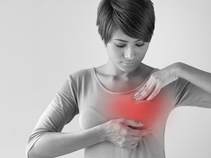 乳がんのセリフチェックをする女性