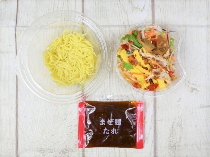セパレートのフタを開けた「野菜を楽しむ! ピリ辛ヌードル」の画像