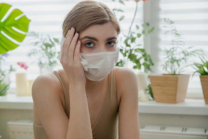 マスクをして調子の悪い女性