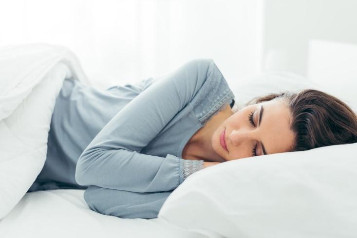 パジャマを着て寝る女性
