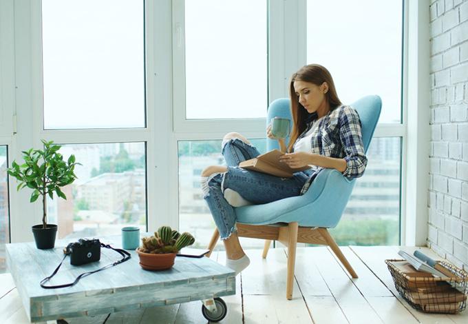 家でのんびりしている女性