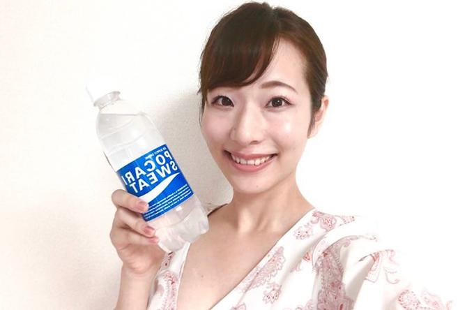 ポカリスウェットを片手に持つ佐藤晴菜さん