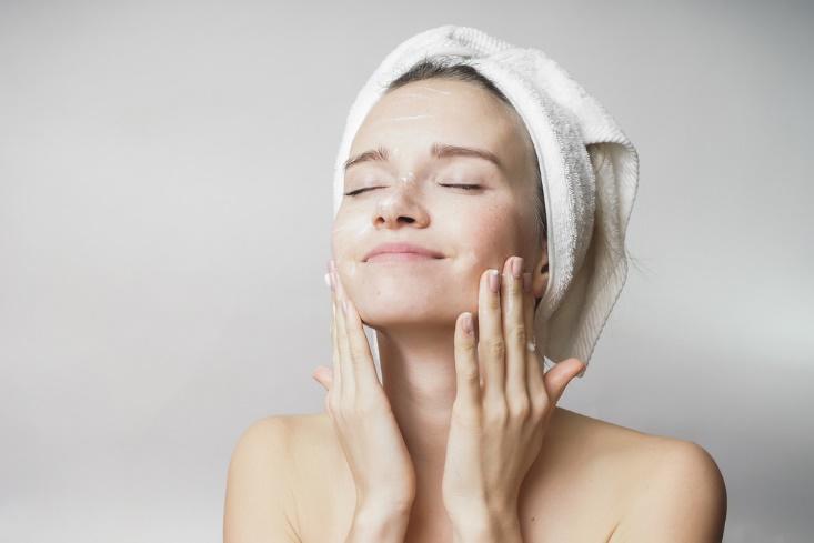洗顔している女性