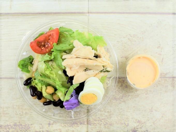 フタを開けた「1食分のプロテインサラダ(コブドレッシング)」の画像