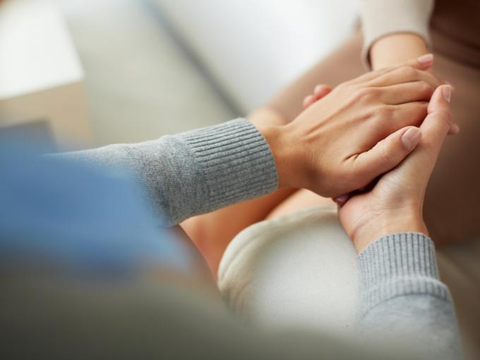 手を取って励ましあい、人生の目標を共有する家族