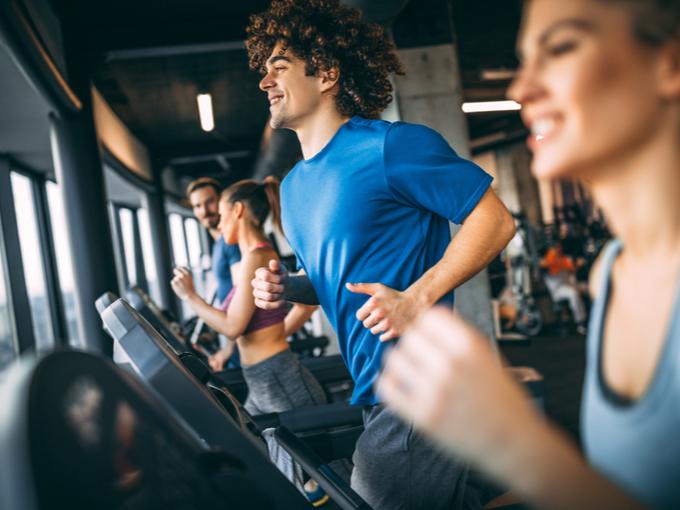 ランニングマシンでトレーニングする人たち