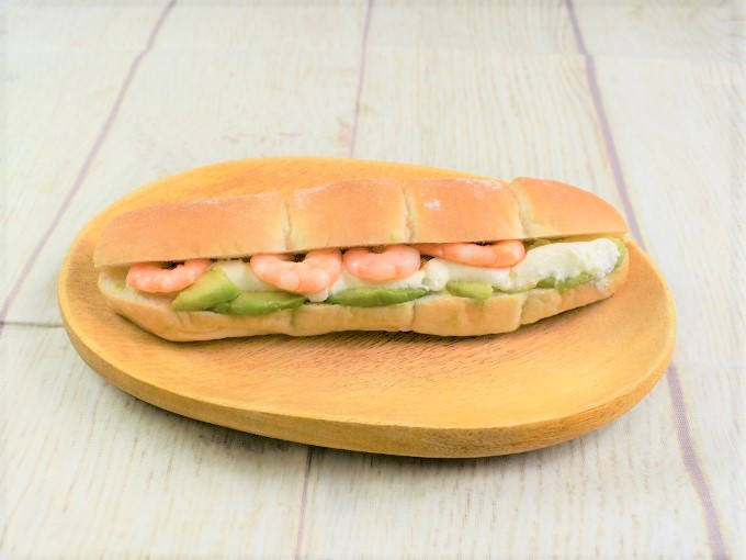 パッケージから取り出した「海老&アボカド(クリームチーズ入り)」の画像