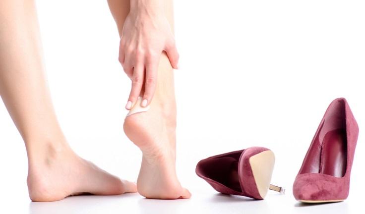 靴擦れして足を痛がる女性