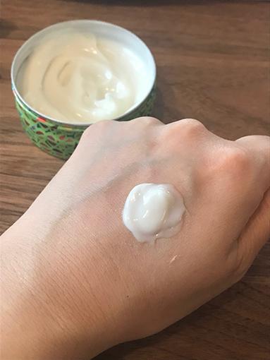 手の甲にクリームを塗った画像