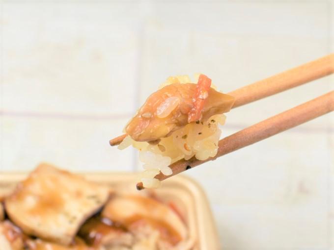 「しっとり国産鶏むね肉のとりめし」のきんぴらとむね肉を箸で持ち上げた画像