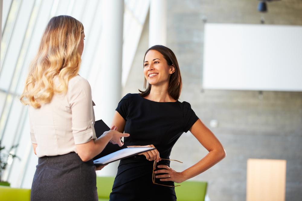 オフィスで立ち話する女性