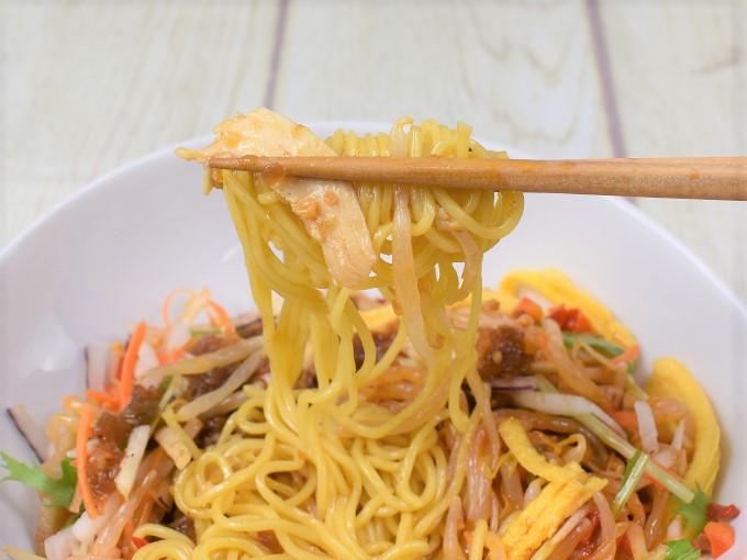麺を持ち上げた「野菜を楽しむ! ピリ辛ヌードル」の画像