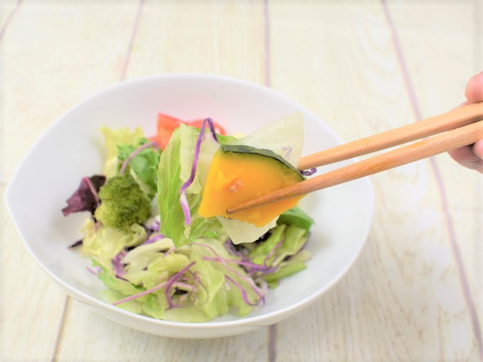 箸で持ち上げた「摂取サラダ ビタミンACE」の画像