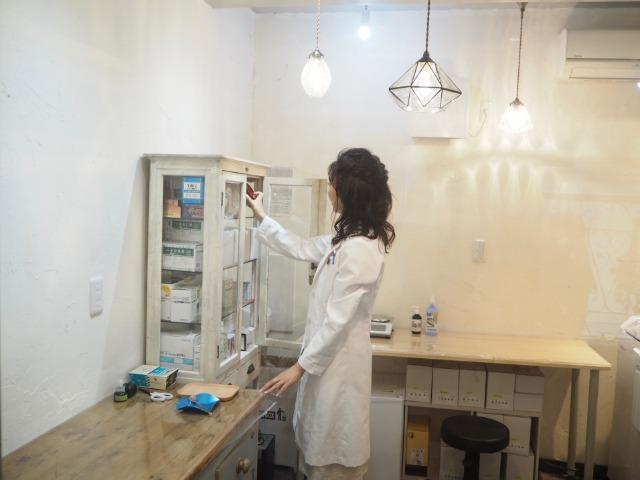 コロリエ薬局内で処方する佐々木さん