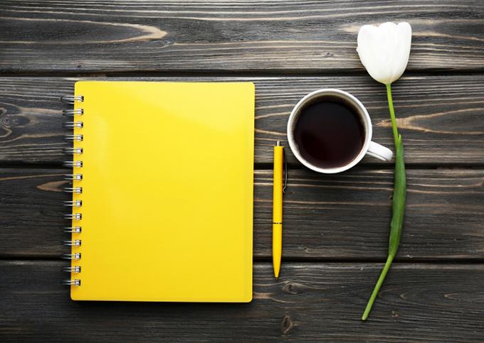 ノート、ペン、コーヒー、お花