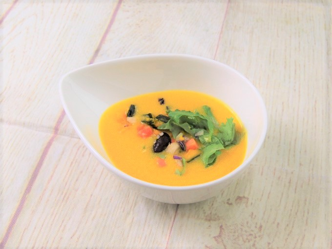 お皿に盛った「食べる冷製ソイポタージュかぼちゃと6種野菜」の画像