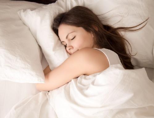 ベットで眠る女性