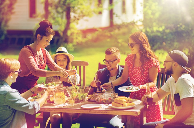 みんなで外で食事会をしているイメージ画像